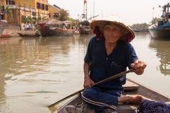 Uomo in barca in Hoi An, Vietnam Fotografie Stock