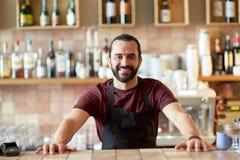Uomo, barista o cameriere felice alla barra Immagine Stock