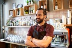 Uomo, barista o cameriere felice alla barra Fotografie Stock Libere da Diritti