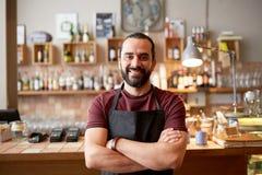 Uomo, barista o cameriere felice alla barra Fotografia Stock