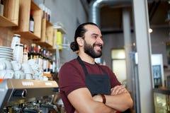 Uomo, barista o cameriere felice alla barra Immagini Stock Libere da Diritti
