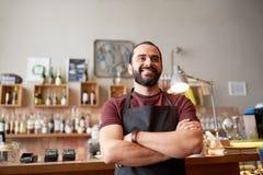 Uomo, barista o cameriere felice alla barra Fotografia Stock Libera da Diritti