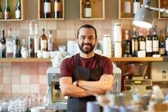 Uomo, barista o cameriere felice alla barra Fotografie Stock