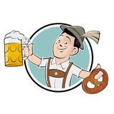 Uomo bavarese con birra e la ciambellina salata Fotografia Stock