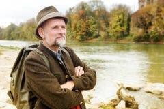 Uomo bavarese nel suo 50s che fa una pausa il fiume Fotografie Stock