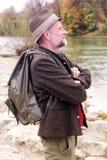 Uomo bavarese nel suo 50s che fa una pausa il fiume Immagini Stock