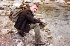Uomo bavarese nel suo 50s che si siede dal fiume Fotografie Stock Libere da Diritti