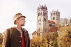 Uomo bavarese nel suo 50s con la chiesa nei precedenti Fotografie Stock Libere da Diritti
