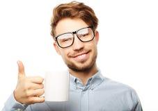 Uomo bello in abbigliamento casual che tiene una tazza Fotografia Stock