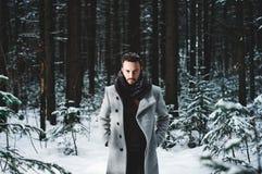 Uomo bello alla moda in cappotto di inverno immagini stock