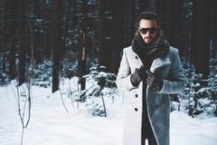 Uomo bello alla moda in cappotto di inverno immagine stock libera da diritti