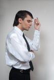 Uomo bello in camicia bianca. fotografia stock libera da diritti