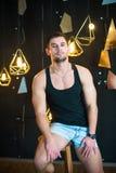 Uomo bello in canottiera sportiva nera, posante, ritratto di modo Fotografia Stock