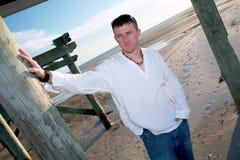 Uomo bello casuale della spiaggia Fotografia Stock Libera da Diritti