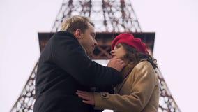 Uomo bello che bacia tenero la sua donna cara che dice arrivederci, disfacimento doloroso stock footage