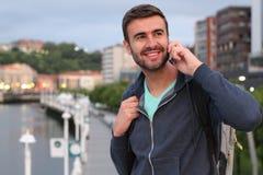 Uomo bello che chiama dal telefono dal porto Immagine Stock Libera da Diritti