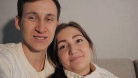 Uomo bello che fa selfie con la sua donna graziosa archivi video
