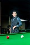 Uomo bello che gioca snooker Fotografia Stock