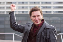Uomo bello che indica gli uffici moderni della costruzione Immagine Stock Libera da Diritti