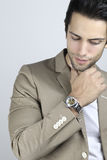 Uomo bello che indossa un orologio di lusso Fotografie Stock Libere da Diritti