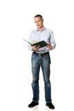 Uomo bello che legge il suo programma Immagini Stock Libere da Diritti