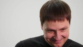 Uomo bello che mostra le emozioni differenti Fine in su video d archivio
