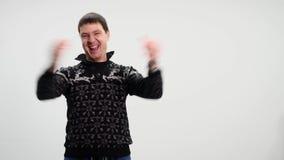 Uomo bello che mostra le emozioni differenti Fine in su stock footage