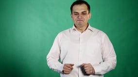 Uomo bello che mostra le emozioni differenti Fine in su Fondo verde video d archivio