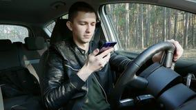 Uomo bello che parla con assistente del telefono cellulare Ricerca degli indirizzi su una mappa mobile stock footage