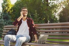 Uomo bello che parla sul telefono e che sorride all'aperto Immagini Stock Libere da Diritti