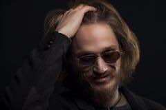 Uomo bello che passa la sua mano tramite i suoi capelli Fotografia Stock Libera da Diritti