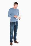 Uomo bello che per mezzo di un calcolatore del ridurre in pani Fotografie Stock Libere da Diritti