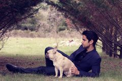 Uomo bello che posa con il suo cane in natura Fotografia Stock Libera da Diritti