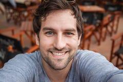 Uomo bello che prende Selfie Immagini Stock Libere da Diritti