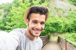 Uomo bello che prende un selfie sulla vacanza nell'estate fotografia stock libera da diritti