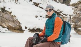 Uomo bello che riposa nell'inverno fotografie stock libere da diritti