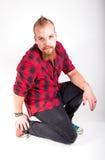 Uomo bello che si inginocchia sul pavimento Fotografie Stock