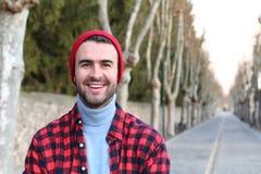 Uomo bello che sorride all'aperto nell'inverno Fotografia Stock