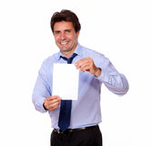 Uomo bello che sorride e vi che mostra una carta Fotografie Stock Libere da Diritti