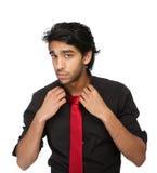 Uomo bello che tiene il suo collare della camicia Fotografia Stock