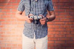 Uomo bello che tiene macchina fotografica antiquata Immagine Stock Libera da Diritti