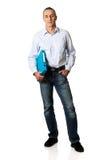Uomo bello che tiene raccoglitore blu Fotografie Stock