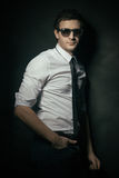 Uomo bello con gli occhiali da sole Immagine Stock