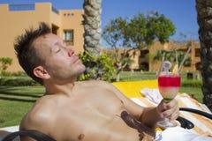 Uomo bello con il cocktail Fotografie Stock Libere da Diritti
