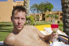 Uomo bello con il cocktail Immagine Stock