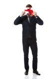 Uomo bello con il contenitore di regalo dei biglietti di S. Valentino Fotografie Stock