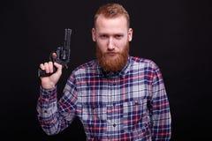 Uomo bello con il revolver fotografia stock