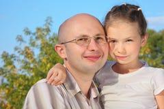 Uomo bello con la sua piccola figlia Fotografia Stock Libera da Diritti