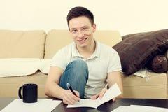 Uomo bello con le carte e la tazza di caffè Fotografia Stock