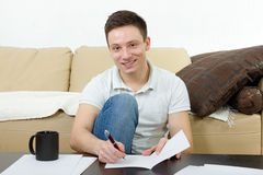 Uomo bello con le carte e la tazza di caffè Fotografie Stock Libere da Diritti
